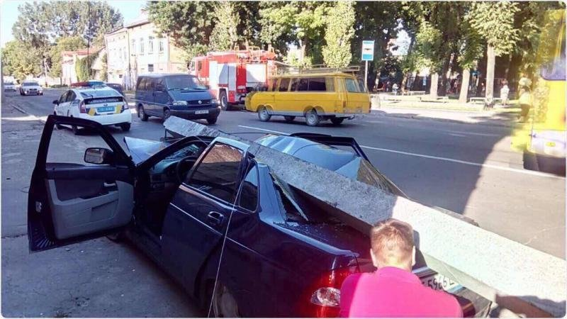 У Львові автомобіль в'їхав  у стовп, після чого той впав і розтрощив машину: фото і подробиці з місця аварії , фото-3