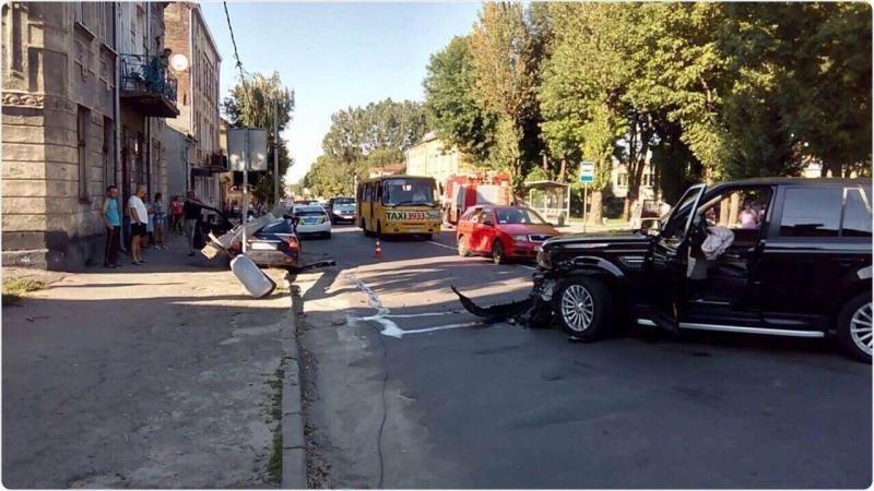 У Львові автомобіль в'їхав  у стовп, після чого той впав і розтрощив машину: фото і подробиці з місця аварії , фото-2