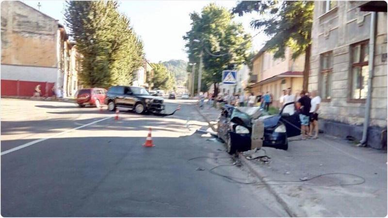 У Львові автомобіль в'їхав  у стовп, після чого той впав і розтрощив машину: фото і подробиці з місця аварії , фото-1