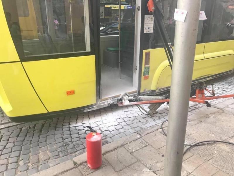 Біля Стрийського ринку загорівся новий трамвай «Електрон»: фото з місця події, фото-1