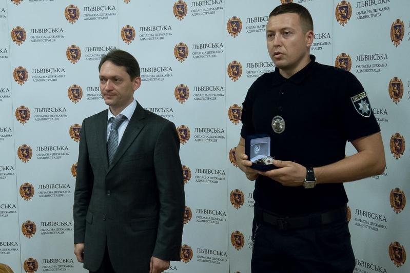 Патрульні, які звільнили заручників у психлікарні, отримали нагороди, фото-1, фото: прес-служба Львівської ОДА