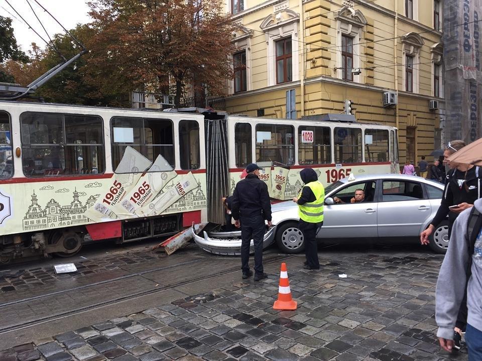 У центрі Львова автомобіль в'їхав у трамвай. Фото, фото-1