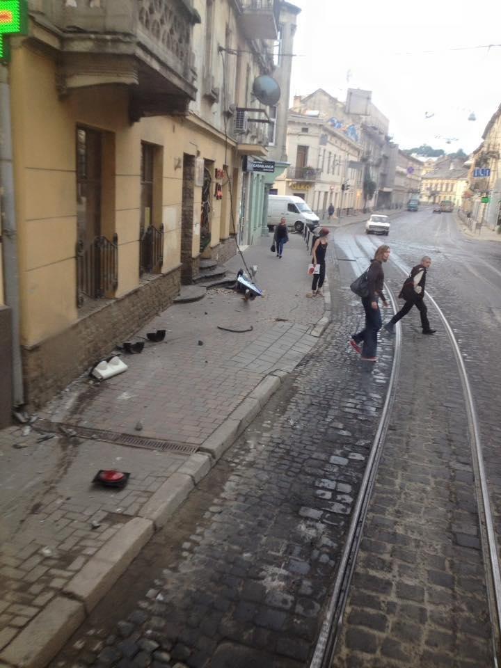 У центрі Львова водій зніс світлофор і втік з місця ДТП , фото-1, Фото: Варта-1/facebook