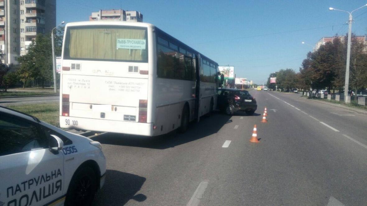 У Львові легковик зіткнувся з рейсовим автобусом: подробиці та фото з місця ДТП, фото-1