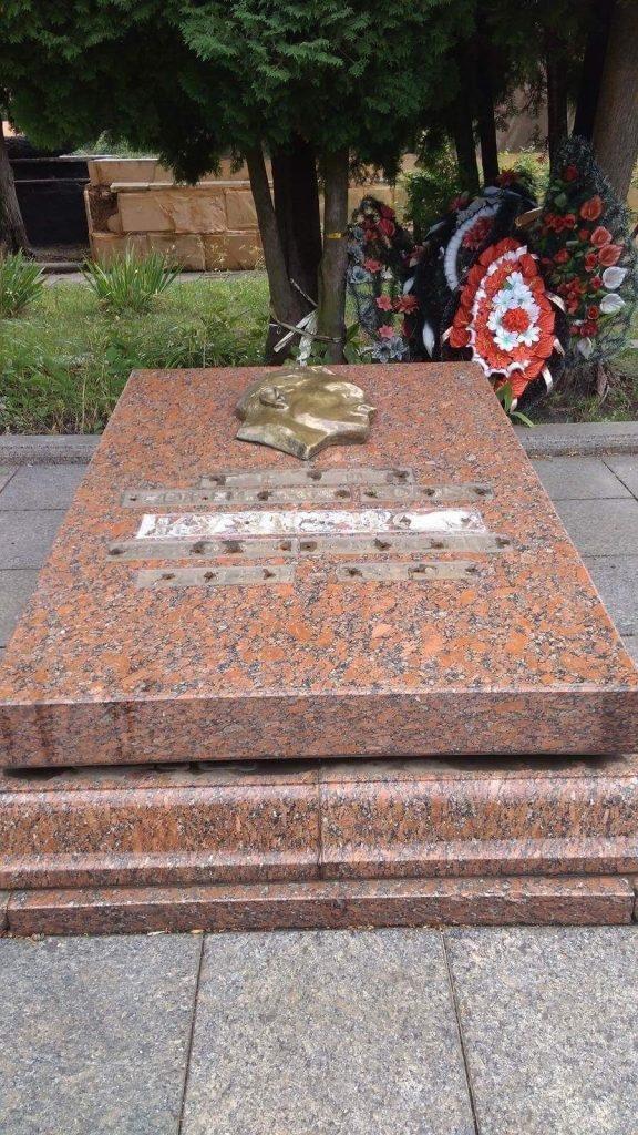 З надгробної плити на Пагорбі Слави вандали викрали металевий напис, фото-1