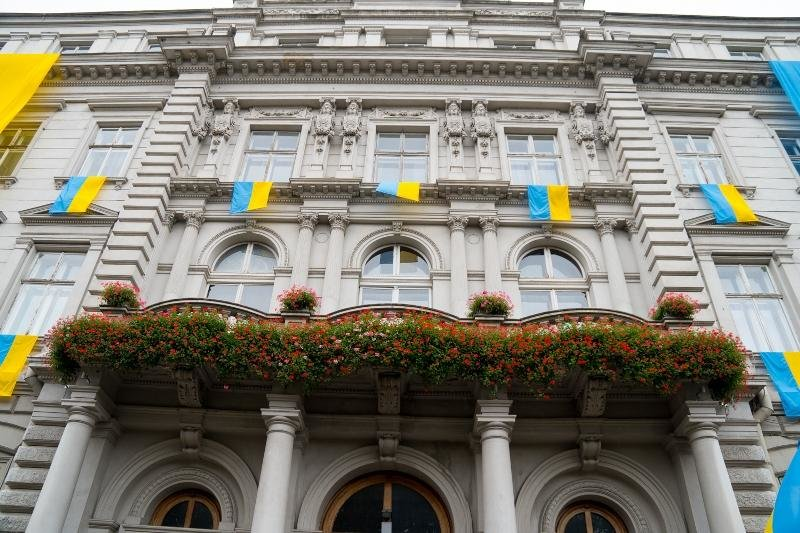 Львівську ОДА прикрасили синьо-жовтими стягами. Фото, фото-2