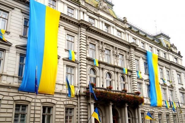 Львівську ОДА прикрасили синьо-жовтими стягами. Фото, фото-1