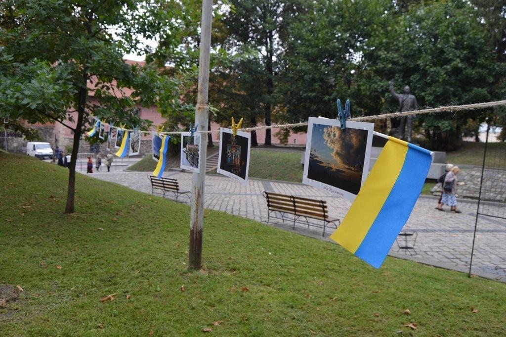 У центрі Львова розвісили фотографії на мотузках , фото-2