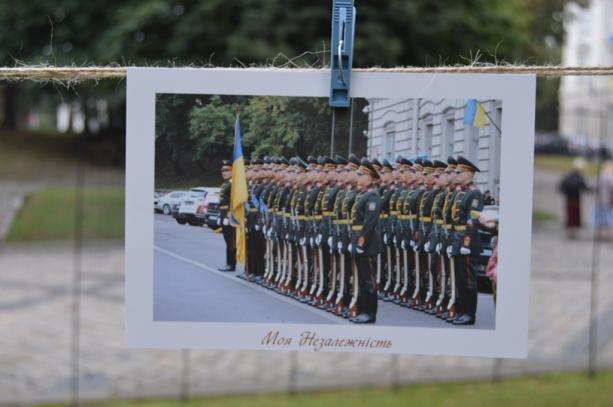 У центрі Львова розвісили фотографії на мотузках , фото-1