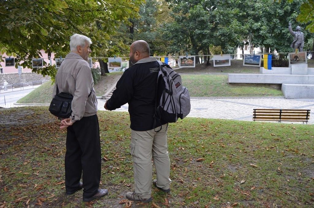 У центрі Львова розвісили фотографії на мотузках , фото-3