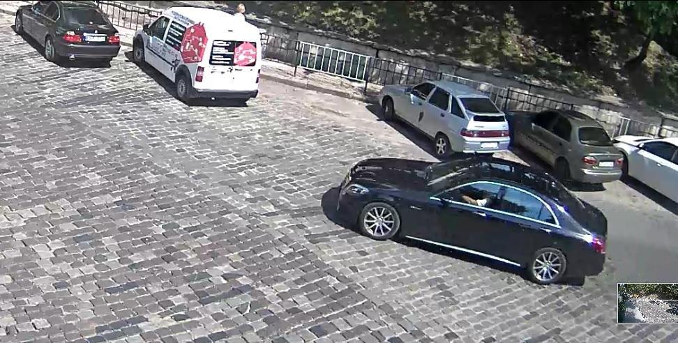 Камери спостереження зафіксували чоловіка схожого на Димінського за кермом Mercedes перед ДТП. Фото, фото-1