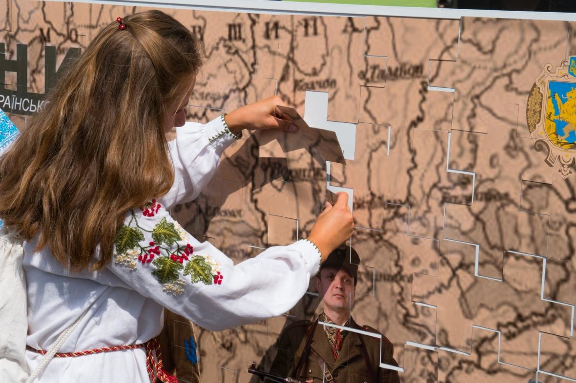 Як у центрі Львова створювали велике панно на історичну тематику: фоторепортаж, фото-5