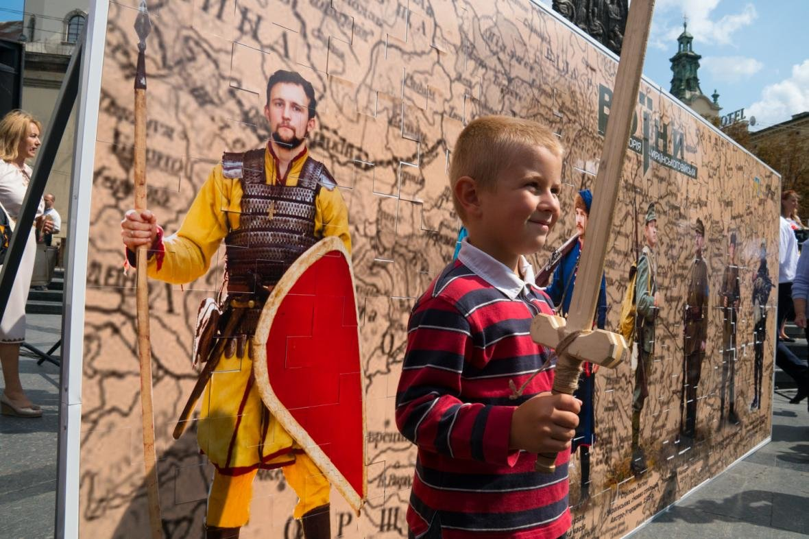 Як у центрі Львова створювали велике панно на історичну тематику: фоторепортаж, фото-7