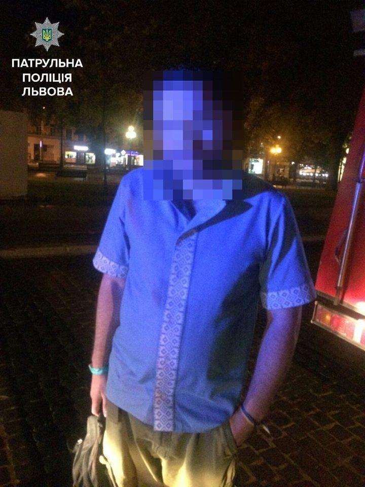 Іноземець через біль в нозі погрожував підірвати бомбу в центрі Львова: подробиці (ФОТО), фото-1, Всі фото: патрульна поліція Львова