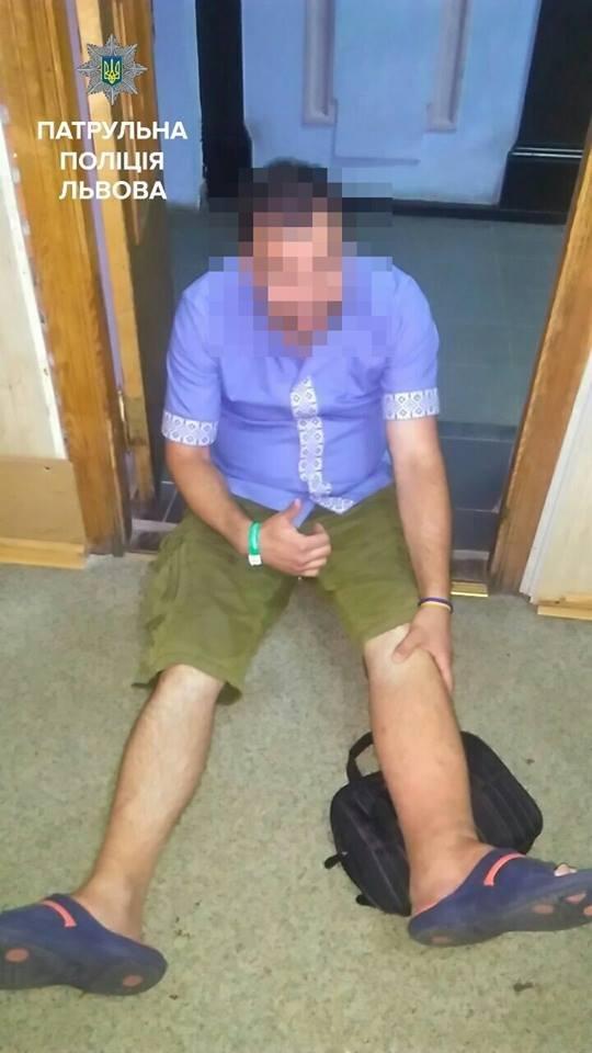 Іноземець через біль в нозі погрожував підірвати бомбу в центрі Львова: подробиці (ФОТО), фото-2, Всі фото: патрульна поліція Львова