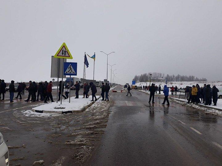 Мітингувальники заблокували рух автівок поблизу двох пунктів пропуску на Львівщині. Фото, фото-1
