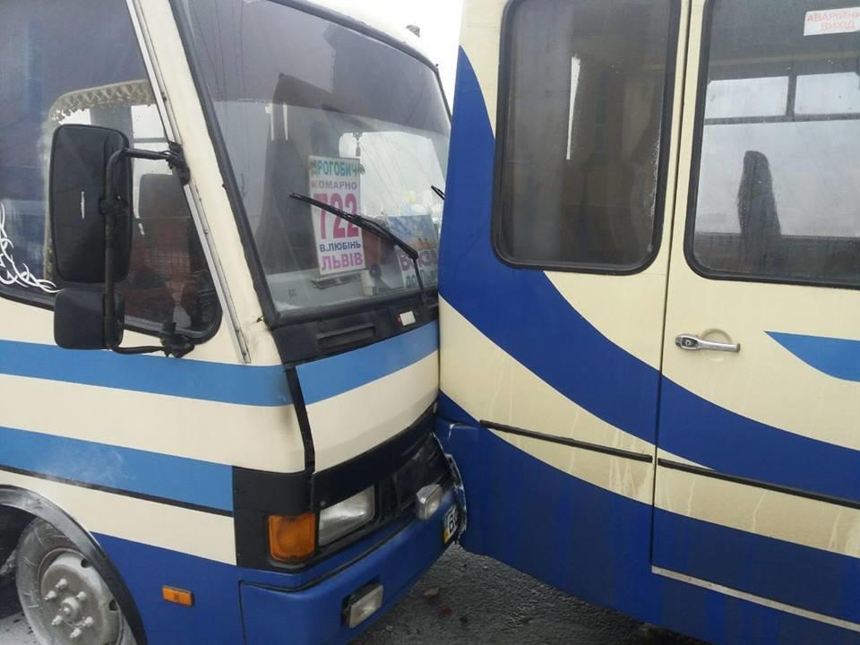 На вулиці Городоцькій автобус, у якому спалахнув моторний відсік, в'їхав у приміську маршрутку. Фото , фото-4, Фото: патрульна поліція Львівщини