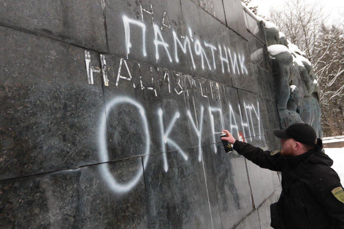 У Львові невідомі сплюндрували Монумент Слави на вулиці Стрийській. Фото, фото-1, Фото: zaxid.net