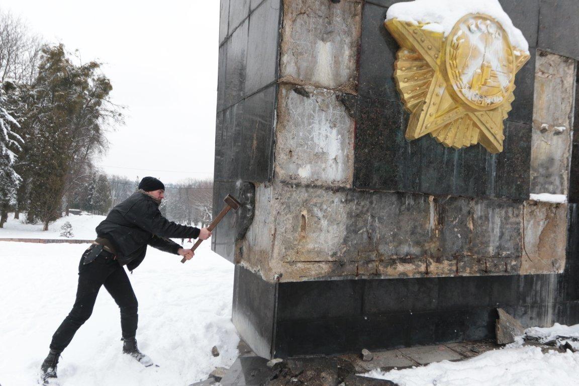 У Львові невідомі сплюндрували Монумент Слави на вулиці Стрийській. Фото, фото-2, Фото: zaxid.net