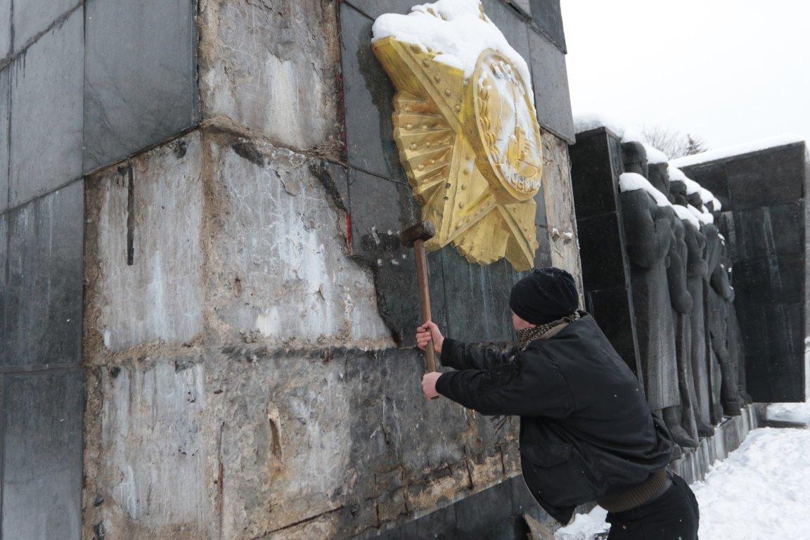 У Львові невідомі сплюндрували Монумент Слави на вулиці Стрийській. Фото, фото-4, Фото: zaxid.net