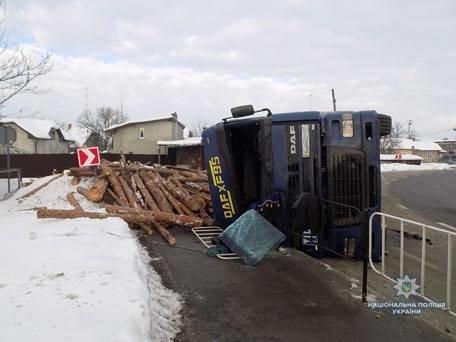 В Стрию перекинулася вантажівка з деревиною, є постраждалі. Фото, фото-1, Фото: ГУ Нацполіції у Львівській області