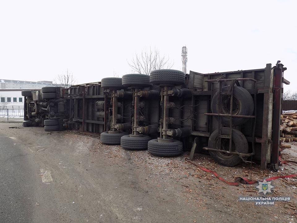 В Стрию перекинулася вантажівка з деревиною, є постраждалі. Фото, фото-2, Фото: ГУ Нацполіції у Львівській області
