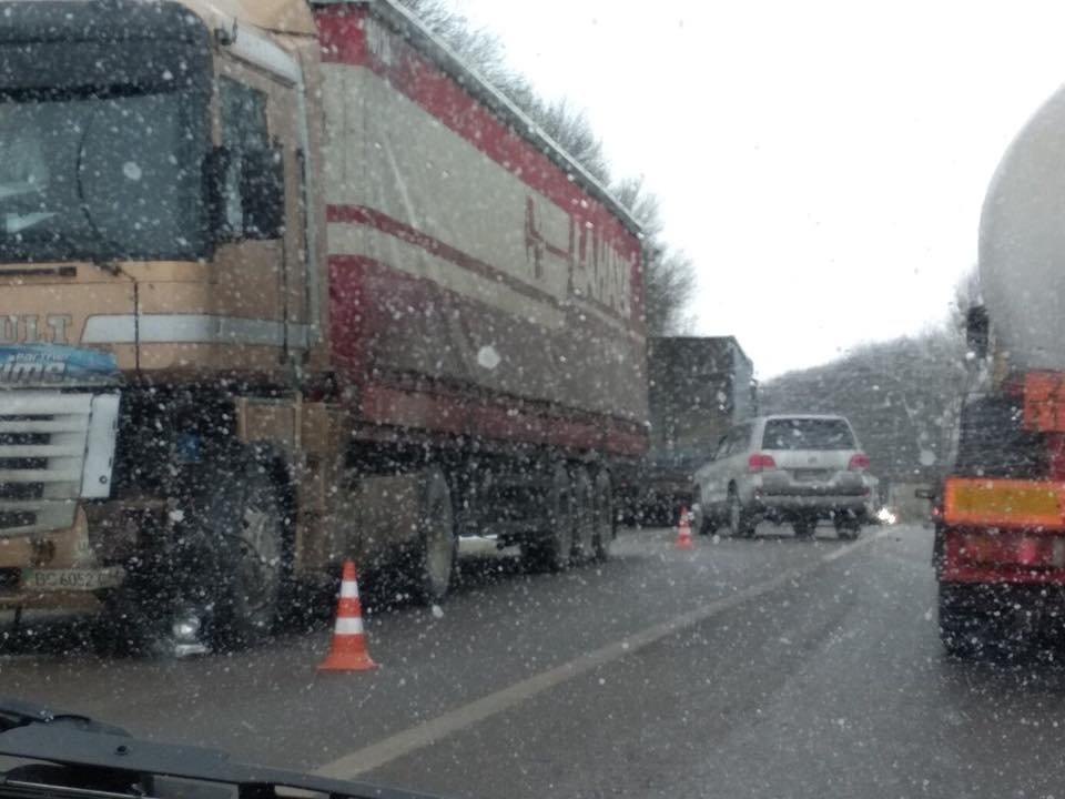 На трасі «Київ-Чоп» сталася аварія за участі трьох легковиків та вантажівки: є постраждалі. Фото , фото-1, Фото: Ігор Зінкевич/Facebook.com