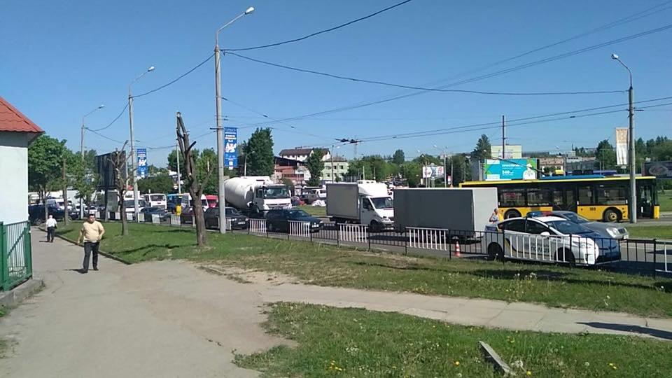 На перетині вулиць Зеленої та Луганської не розминулися легковик та вантажівка. Фото , фото-2, Фото: Ігор Зінкевич/Facebook.com