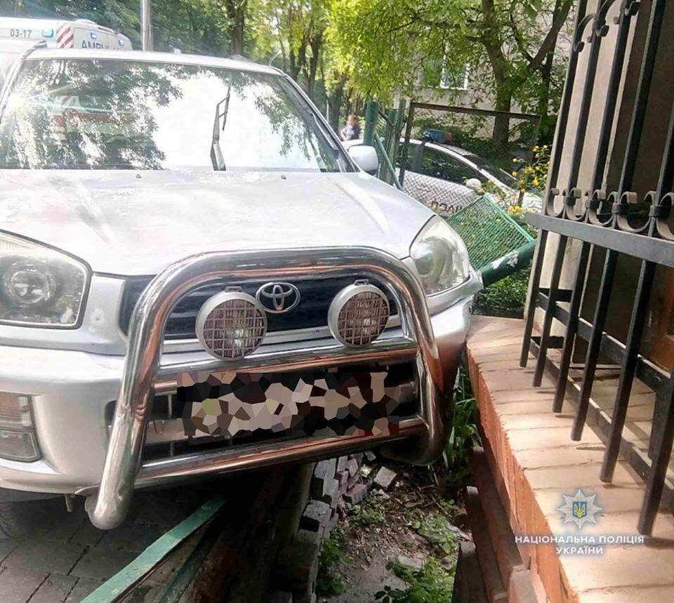 У Львові через погане самопочуття водійки автомобіль в'їхав у будинок. Фото з місця події, фото-1