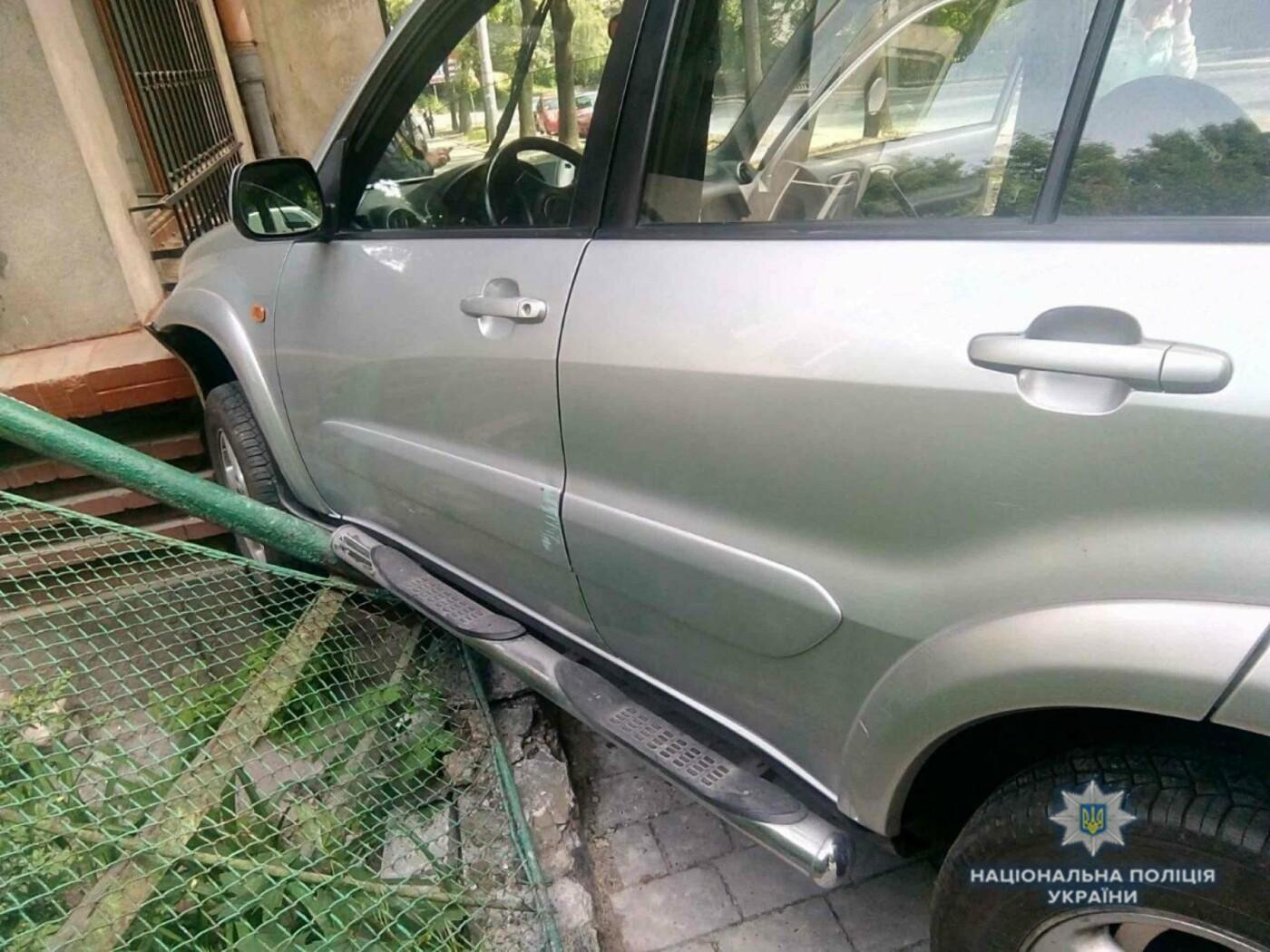 У Львові водійка, автомобіль якої в'їхав у будинок на Стрийській, померла у лікарні, фото-1