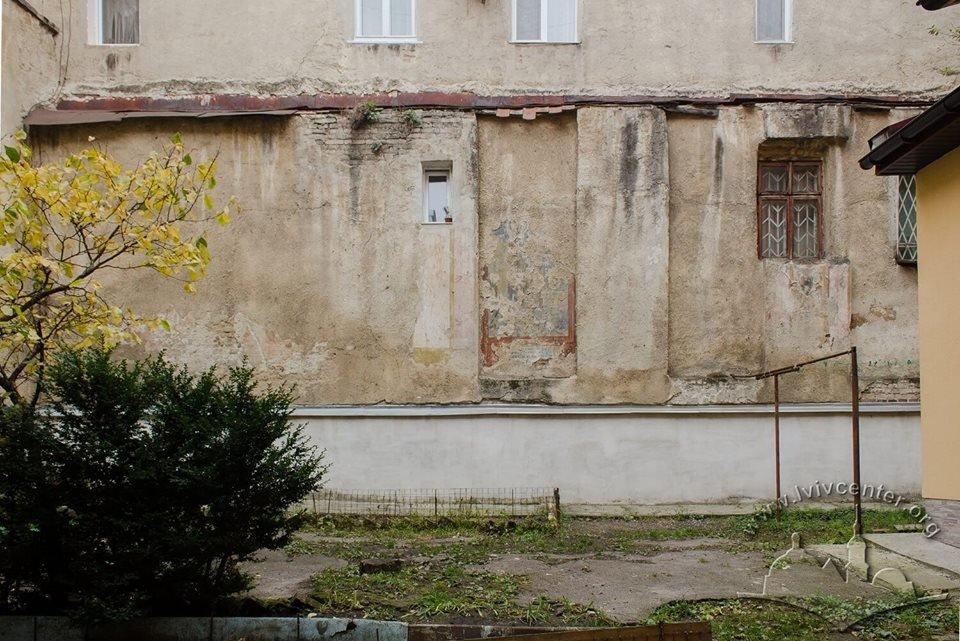 Унаслідок самочинних дій львів'янина було пошкоджено настінні розписи давньої синагоги, фото-4