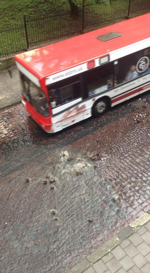 У Львові масштабна злива зупинила рух транспорту й затопила вулиці, - ФОТО, фото-1