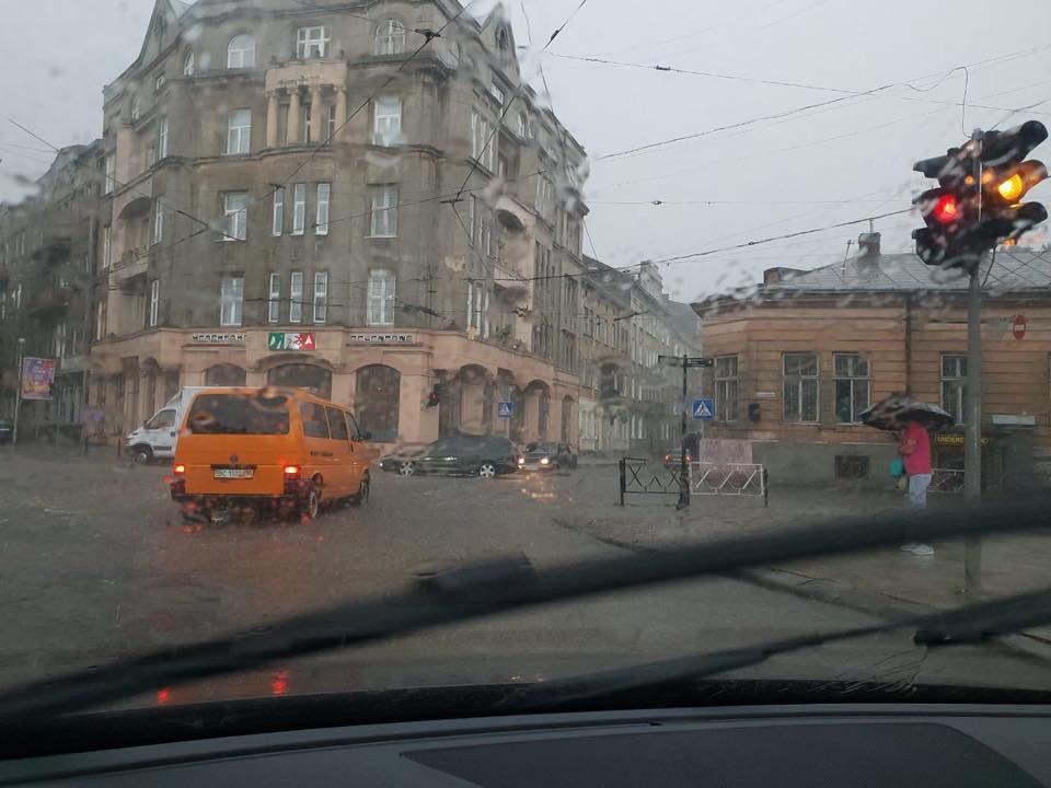 У Львові масштабна злива зупинила рух транспорту й затопила вулиці, - ФОТО, фото-3