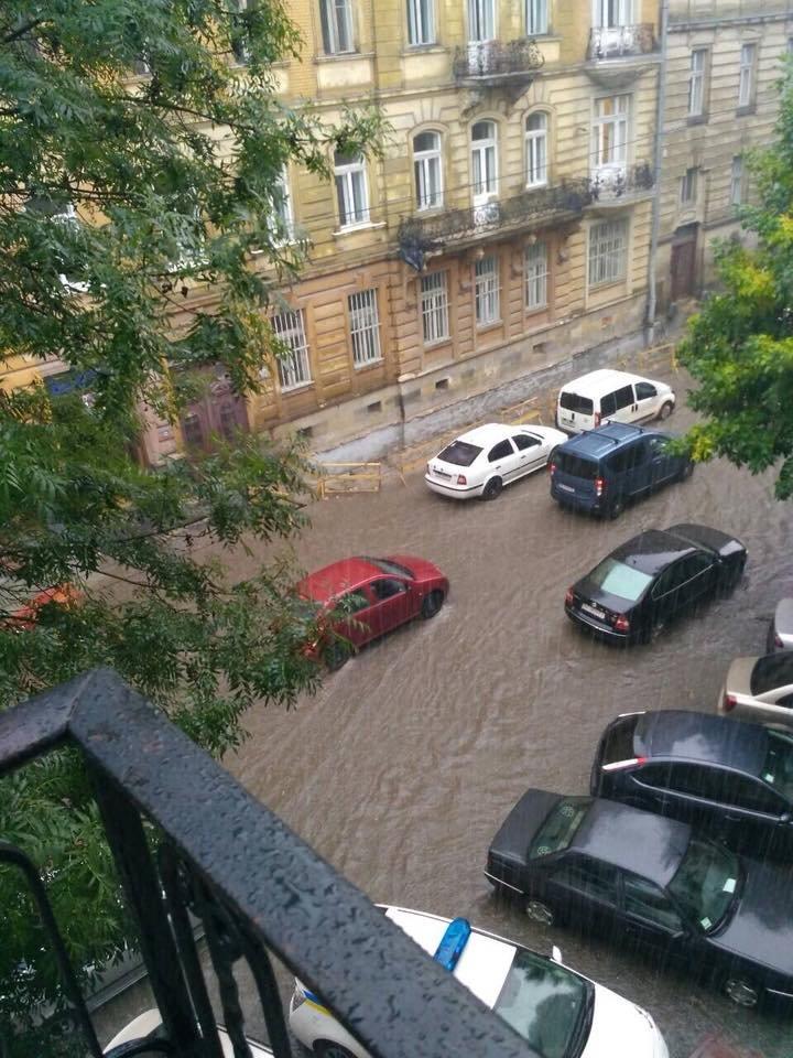 У Львові масштабна злива зупинила рух транспорту й затопила вулиці, - ФОТО, фото-7