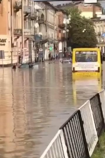 У Львові масштабна злива зупинила рух транспорту й затопила вулиці, - ФОТО, фото-5