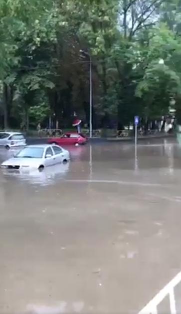 У Львові масштабна злива зупинила рух транспорту й затопила вулиці, - ФОТО, фото-4