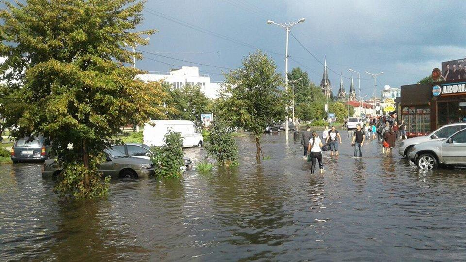 У Львові масштабна злива зупинила рух транспорту й затопила вулиці, - ФОТО, фото-25