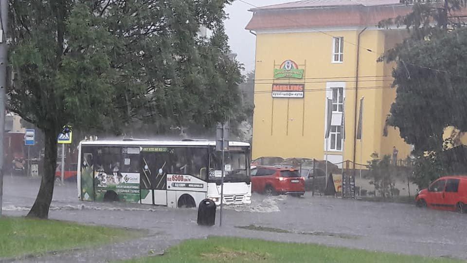 У Львові масштабна злива зупинила рух транспорту й затопила вулиці, - ФОТО, фото-16