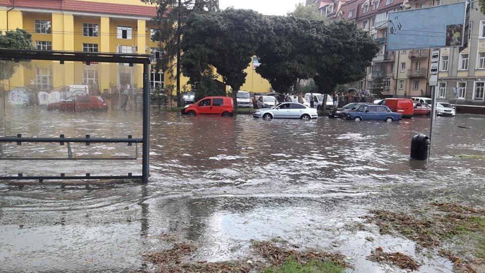 У Львові масштабна злива зупинила рух транспорту й затопила вулиці, - ФОТО, фото-22