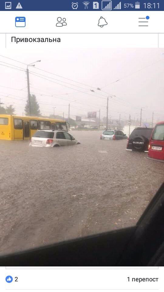 У Львові масштабна злива зупинила рух транспорту й затопила вулиці, - ФОТО, фото-17