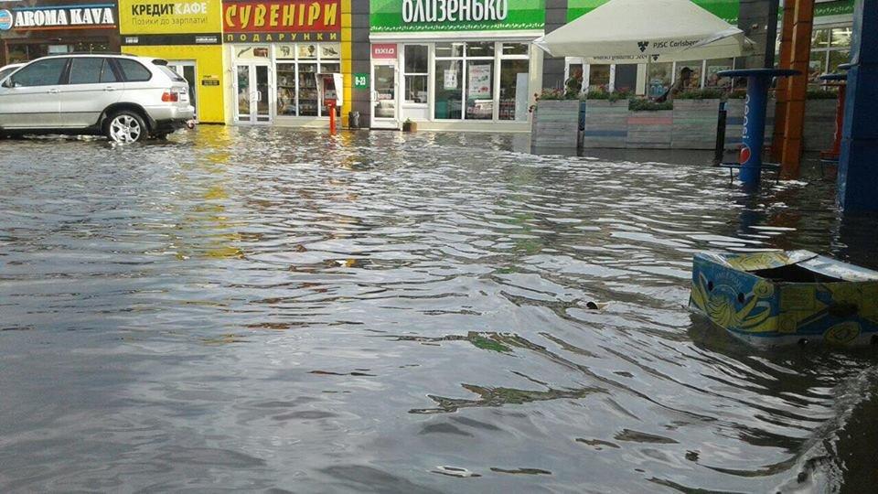 У Львові масштабна злива зупинила рух транспорту й затопила вулиці, - ФОТО, фото-24
