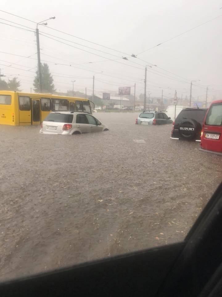 У Львові масштабна злива зупинила рух транспорту й затопила вулиці, - ФОТО, фото-12