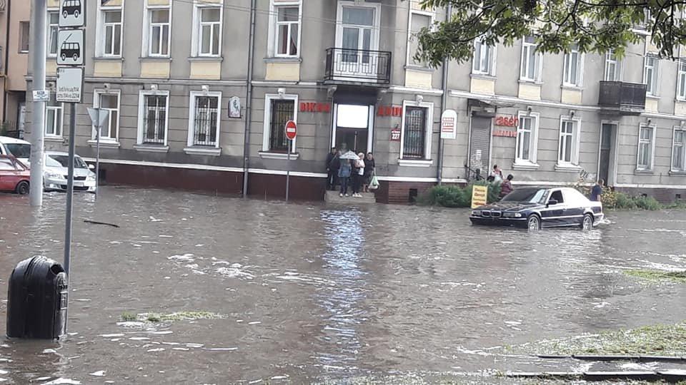 У Львові масштабна злива зупинила рух транспорту й затопила вулиці, - ФОТО, фото-20