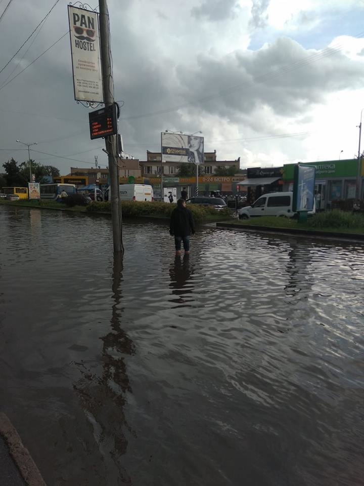 У Львові масштабна злива зупинила рух транспорту й затопила вулиці, - ФОТО, фото-15