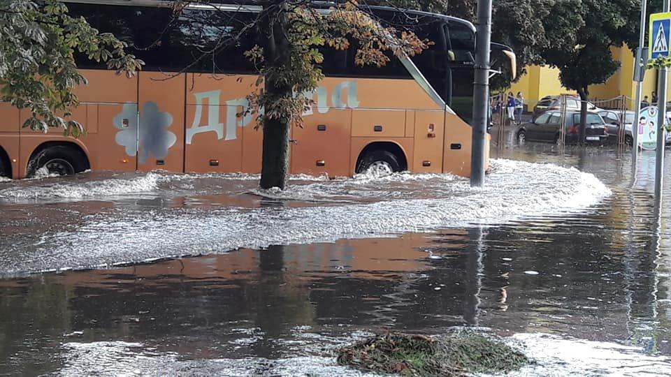 У Львові масштабна злива зупинила рух транспорту й затопила вулиці, - ФОТО, фото-18