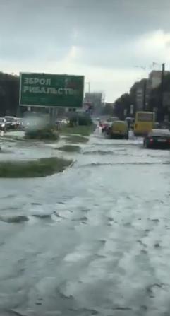 У Львові масштабна злива зупинила рух транспорту й затопила вулиці, - ФОТО, фото-10