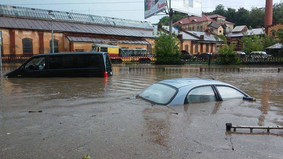 У Львові масштабна злива зупинила рух транспорту й затопила вулиці, - ФОТО, фото-27