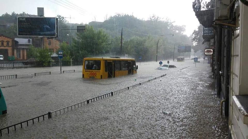 У Львові масштабна злива зупинила рух транспорту й затопила вулиці, - ФОТО, фото-26