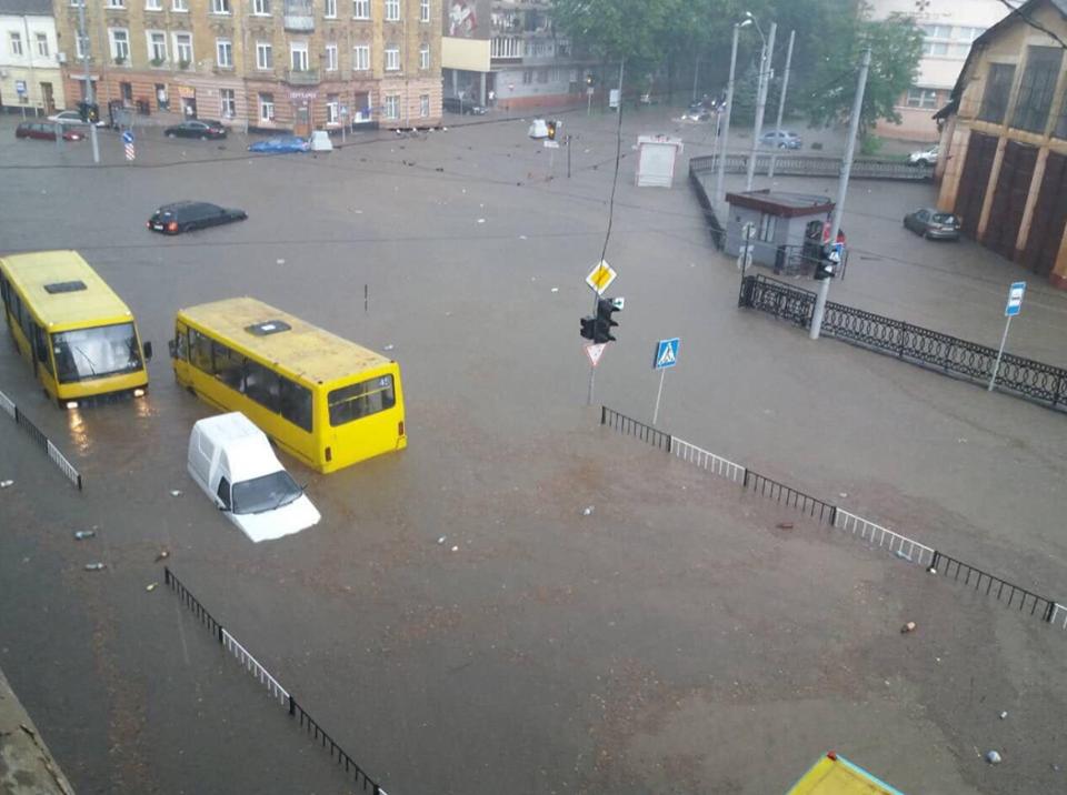 У Львові масштабна злива зупинила рух транспорту й затопила вулиці, - ФОТО, фото-28
