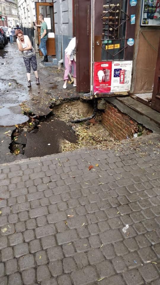 У Львові масштабна злива зупинила рух транспорту й затопила вулиці, - ФОТО, фото-35